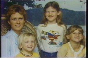 Diane Downs bersama  tiga anaknya