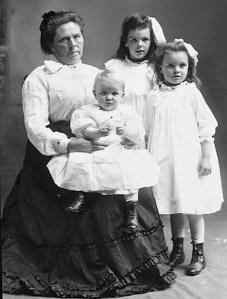 Belle Gunness dan ketiga anaknya yang juga dibunuhnya