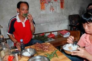 Ketika keluarganya makan nasi dan lauk pauk, Li Sanju hanya makan rumput dan dedaunan
