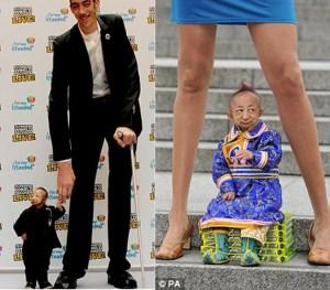 He Pingping 'manusia termungil di dunia' bersama wanita pemilik kaki terpanjang (kanan) dan lelaki tertinggi di dunia (kiri)/foto PA/AFP/Getty Image