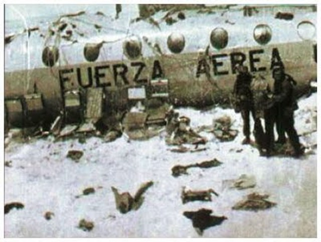 pesawat carteran Uruguay Air Force Flight 571 yang membawa 45 orang penumpang, termasuk di dalamnya tim rugby dan keluarganya, di pegunungan Chili, Andes, 13 Oktober 1972.