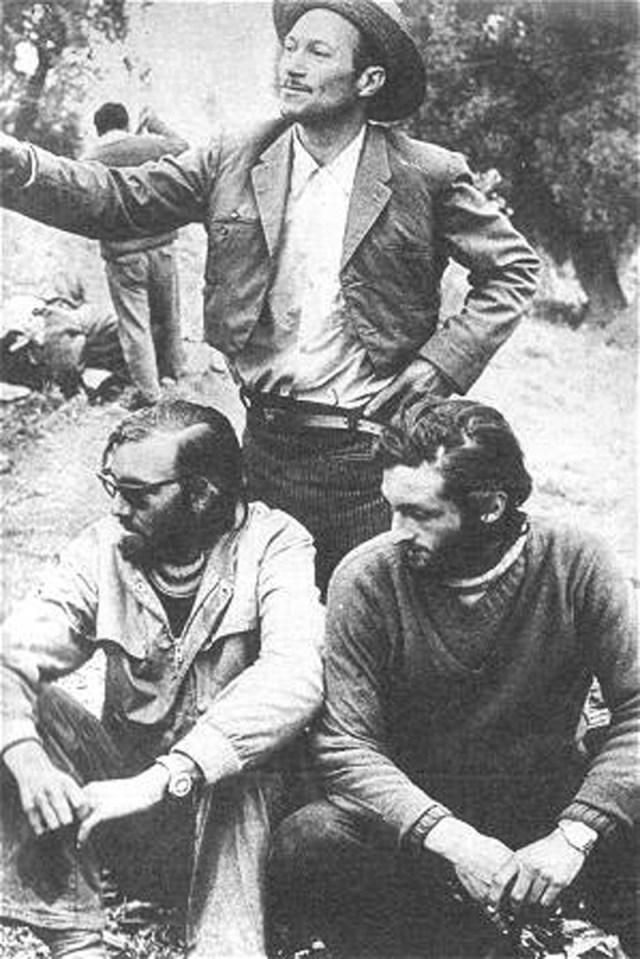 Nando Parrado, Roberto Canessa dan Sergio Katalan (berdiri di belakang: penduduk yang menolong mereka)