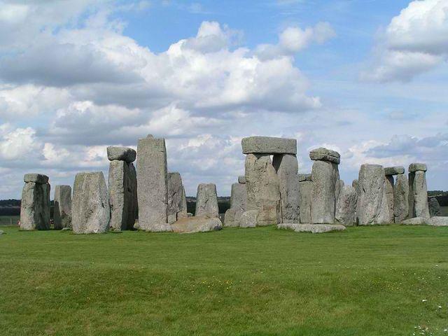 Stonehenge merupakan 'penghubung' atau jalan ke dimensi lain,  termasuk ke 'dunia' alien. Stonehenge  menjadi tempat 'lalu lintas' UFO  ke bumi.
