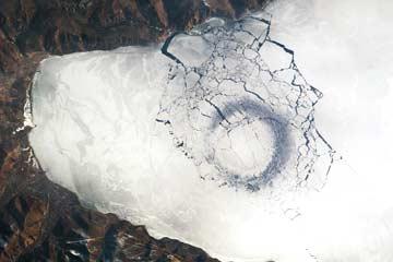 Lingkaran Misterius Lempengan Es Di Danau Tertua Sedunia